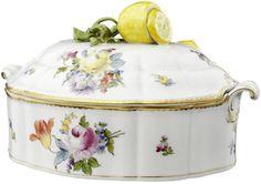 Deckelschüssel Nymphenburg Mitte 20. Jh. Porzellan, der Deckel mit Zitronenknauf. Polychrome Blumen