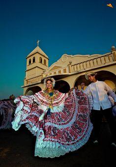 Bonito traje típico panameño. La Pollera. Fotos de viajes.