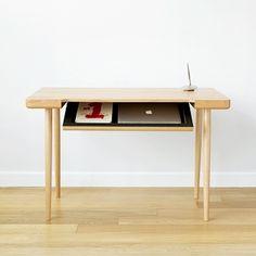 Designérské studio Piet Houtenbos se snaží přemýšlet o uložném prostoru ve stole jinak - tak, aby byl současně co nejtenčí a přitom stále sloužil...