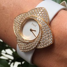 Limelight Blooming Rose watch in 18K rose gold set with 252 diamonds. Piaget 56P quartz movement.