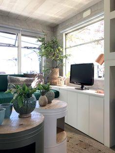 Voor de Vinkeveense stacaravan kozen we passende meubels. Dus: een compacte tafel, stapelbare stoelen en tafeltjes met opbergruimte. Hier lees je precies welke meubels we gebruikt hebben.