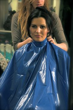 Barberettte capes her client for her summer haircut. Shakira, Nylons, Feminine Traits, Plastic Aprons, Blouse Nylon, Pvc Apron, Capes & Ponchos, Summer Haircuts, Best Hair Salon