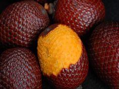 frutas da amazonia - Essa é a buriti-miriti. Da sua polpa é possível fazer bebidas e mingau. É rica em vitamina A, cálcio, fósforo e ácidos graxos que combatem o envelhecimento. Nos grandes centros urbanos, a fruta é utilizada em forma de sorvete, doce, creme e licor
