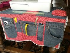 Sewing machine mat with old jeans - Lilly is Love Coin Couture, Couture Sewing, Scrap Fabric Projects, Diy Sewing Projects, Old Jeans Recycle, Sewing Station, Jean Crafts, Denim Ideas, Quilted Bag