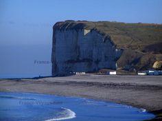 Côte d'Albâtre : Falaise, plage de Veulettes-sur-Mer (station balnéaire) et mer (la Manche), dans le Pays de Caux