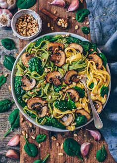 Pasta with mushrooms, spinach, garlic and pine nuts Pan Seared Salmon, Tomato Cream Sauces, Dried Tomatoes, Sun Dried, Paella, Good Food, Clean Eating Foods, Yummy Food