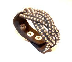 Bracelete de Camurça Couro Preta com Tachinhas Dourada — Dáli Acessórios