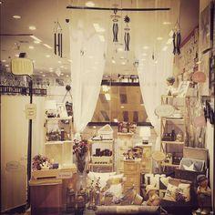Nuevo escaparate en nuestra tienda de Vilamarina en Viladecans ¿que les parece? #ElimHome #escaparate #decoracion #desing #interiorismo #visual #visualmerchandising  @olivertwirl