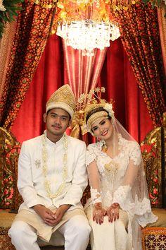 Pernikahan Adat Palembang Icha dan Aga - Photo 8-15-15, 1 01 56 PM Wedding Poses, Wedding Album, Wedding Bride, Dream Wedding, Wedding Ideas, Wedding Things, Indonesian Wedding, Palembang, Traditional Wedding Dresses