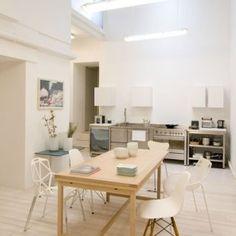 Salle à manger avec table en bois et chaises blanches dépareillées