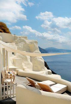 Naturbelassene Sonnenterrasse mit Sonnensegel-Relaxliegen-Meerblick