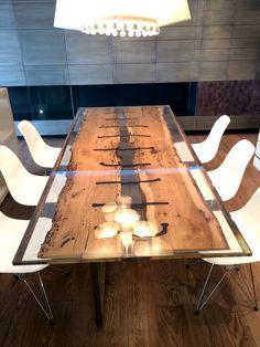 Tavolo in resina epossidica con bricola e chiodi