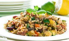 Ένα εύκολο καλοκαιρινό ριζότο με λαχανικά. Υλικά: 1 κουταλιά ελαιόλαδο 1 κρεμμύδι ψιλοκομμένο 1 σκελίδα σκόρδο λιωμένη 250 γραμ, μπέικον/ ζαμπόν χυμός και