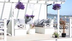 DIY patio sofa. White pergola. Laget denne på terrassen i sommer. Et par trestubber fungerer fint som utebord!