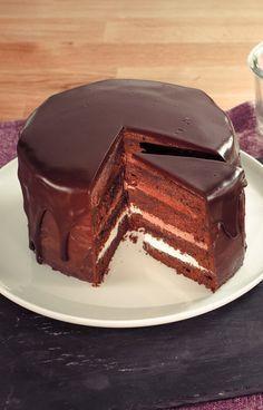 Eine schokoladige Torte mit drei verschiedenen Canachesorten zwischen saftigem Schokoladenteig