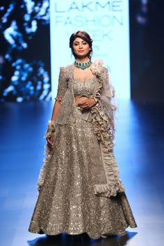 Who says one can't wear black in summer? Jayanti Reddy shows us how to rock black with golds and beige in her latest lakme fashion week 2018 collection. Desi Wedding Dresses, Bridal Dresses, Party Dresses, Pakistani Bridal Wear, Indian Bridal, Indian Designer Outfits, Designer Dresses, Indian Dresses, Indian Outfits