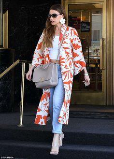 On Monday, Sofia Vergara dared to impress in a white kimono jacket adorned with orange bird print. The actress wore the bright garment during a Beverly Hills shopping spree. Gilet Kimono, Kimono Jacket, Sofia Vergara, Look Kimono, Look Blazer, Japan Fashion, India Fashion, Casual Outfits, Fashion Outfits