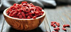 Goji berries are well-balanced with fat, protein, and complex carbohydrates. They also quickly boost energy levels. One serving of goji berries, roughly. Healthy Foods To Eat, Healthy Snacks, Healthy Recipes, Berry, Goji, Weight Loss Smoothie Recipes, Salud Natural, Man Food, Smoothie Ingredients