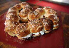 Laskiaisen Pullakranssi Sydämen muotoon Doughnut, Bread, Baking, Desserts, House Ideas, Food, Tailgate Desserts, Deserts, Bakken