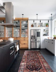 Interior Design Kitchen Eclectic kitchen with a mix of industrial and traditional styles and an eye-catching rug - See a hardworking family kitchen with eclectic and traditional details by designer Camille Daher located in Westmount, Quebec. Home Decor Styles, Home Decor Kitchen, Family Kitchen, Kitchen Cabinets, Eclectic Kitchen, Kitchen Remodel, Interior Design Kitchen, New Kitchen Cabinets, Kitchen Renovation