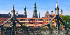 Zwickau (Sachsen): Zwickau ist die viertgrößte Stadt im Freistaat Sachsen und ein Oberzentrum im südwestlichen Teil des Landes. Die Stadt ist Gründungsmitglied der Metropolregion Mitteldeutschland. Hier hat auch die Verwaltung des Landkreises Zwickau ihren Sitz. Durch die seit 2000 zunehmende Urbanisierung der städtischen Randgebiete wächst die flächenmäßige Ausdehnung der Stadt, die mittlerweile größtenteils das Tal der Zwickauer Mulde überdeckt. Die bei Automobilisten beliebte…