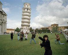 Así se ve exactamente la gente que hace la estupidez de sacarse una foto sosteniendo la Torre de Pisa.