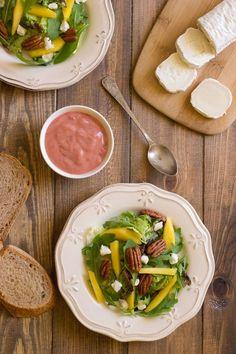 Ensalada con queso de cabra y vinagreta de frambuesa
