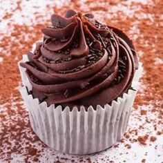 Easy recipe for Chocolate Cupcakes. Learn how to prepare the basic recipe for Chocolate Cupcakes. Coverage for Chocolate Cupcakes. Mojito Cupcakes, Köstliche Desserts, Delicious Desserts, Yummy Food, Delicious Chocolate, Chocolate Cupcakes, Chocolate Desserts, Chocolate Frosting, Cupcakes Rellenos