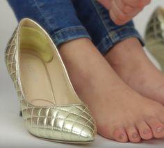 Provavelmente você tem no armário um ou alguns pares de sapatos que você ama, mas raramente usa porque sabe que são sinônimo de dor nos pés. A boa noticia é que não é necessário abandoná-los, e com alguns truques simples você consegue amaciar e deixar seus pés super confortáveis dentro deles.Leia tam Fashion Beauty, Womens Fashion, Fashion Tips, Lookbook, Chanel Ballet Flats, Peep Toe, Hair Beauty, Hacks, Shoes