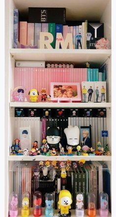 Army Room Decor, Teenage Room Decor, Room Ideas Bedroom, Bedroom Decor, Mochila Do Bts, Army Bedroom, Otaku Room, Cute Room Ideas, Foto Baby