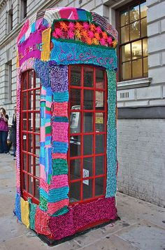 The Creative Caravan: The New Graffiti: Yarn Bombing! Yarn Bombing, Guerilla Knitting, Grannies Crochet, Street Art, Street Graffiti, Graffiti Art, Art Fil, Urbane Kunst, Signature Quilts