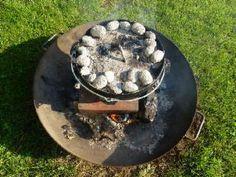 Deckel und Kohlen auf den Dutch Oven