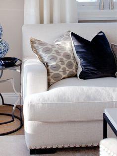 Selger sofagruppe og spisegruppe. Bildene er fra en repportasje i desember utgaven av Maison Interiør. Sofa fra Manuel Larraga, trukket i lyst stoff med krom nagler langs kant neders, se bilde. L: 220 x D:98 x H 82 Nypris 32.000 - Selges for 24.000 SOLGT - Lekkre stoler fra Manuel Larraga, trukket i beige velour og med krom nagler. Mål: B: 67 x D:75 x H: 86 Nypris 14.200 kr, selges for 8.000 kr...