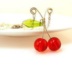 Kirschen Halskette Red Glass Bead Kirschen auf Kette von JenniLeighCreations auf Etsy https://www.etsy.com/de/listing/114851410/kirschen-halskette-red-glass-bead
