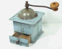 Duidelijk een ijzeren koffiemolen van FABRIK-MARKE, K.M. MUSTER, GESGH, D.R.G. NR 2 . Kleur ; country Blauw.