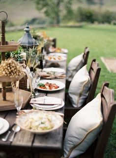 Lovely outdoor dinner via SB Digs: entertaining in the Santa Ynez Valley.  Photography by Jose Villa.  Event planning by Jill La Fleur.
