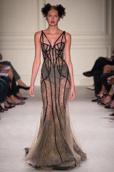 Marchesa Spring Fashion Show, Ready-to-wear, 2016. Insinuação do corpete no vestido usado pela modelo, realçando a sua silhueta.