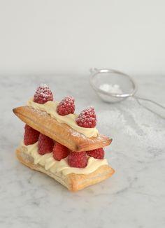 Speciaal voor de brunch of het ontbijt op bed bij #Moederdag: zelfgemaakte #tompouce met room en verse frambozen! #Recept van Pauline's Keuken: http://uitpaulineskeuken.nl/2014/09/tompouce-met-zwitserse-room.html