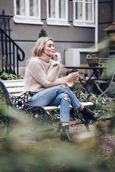 pull mohair associé au jean vintage, bottines en cuir pour compléter la tenue chic