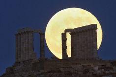 "Spectacular images of ""Super Moon"" phenomenon"