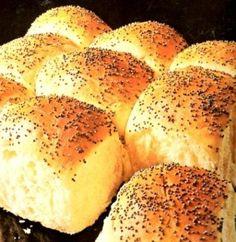 Frokostbrød som fort blir familiens favoritt Lette, runde frokostbrød i langpanne Disse frokostbrødene (eller rundstykkene) er nøyaktig så fristende og gode som bildet viser. De er nærmest som I Love Food, Good Food, Yummy Food, Norwegian Food, Scandinavian Food, Danish Food, Happy Foods, Homemade Cakes, Bread Baking