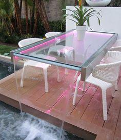 Neon iluminação rosa e uma mesa de cachoeira