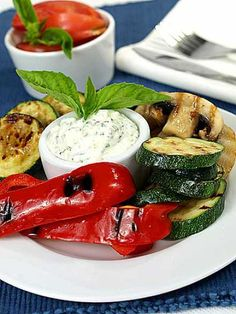 He who travels light is in a fair way to travel happily. Healthy Salads, Healthy Life, Healthy Eating, Healthy Recipes, Easy Dinner Recipes, Easy Meals, Grill Party, Caprese Salad, Bon Appetit