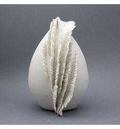 Forme en porcelaine. H : 17 cm. L : 12 cm. Poids : 750g. Piéce unique « Funky » est composée d'un cône fermé recouvert d'une crête – d'où lui vient son nom - formée d'éléments de porcelaine marqués, découpés, et fixés à la barbotine (porcelaine liquide). Cette élégante forme très décorative se suffit à elle-même ou complètera la collection de vos objets préférés.Marik Korus élève le travail de la porcelaine à son plus haut niveau. Ses pièces, souvent inspirées de la nature, sont un…