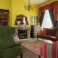 #interiorphotographer #veronicarodriguez #interiorphotography #brunswickhouse #antiquefurniture #vintagesuitcase #vintagestyle by vr_interior_photography