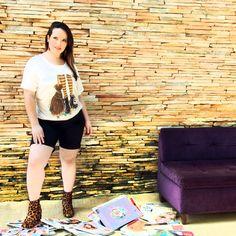 Camiseta Vassoura de Bruxa Marca VICKTTORIA VICK Plus Size Camiseta Plus Size em malha viscolycra Estampa exclusiva vassoura de bruxa