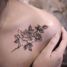 Tatuagens desenhadas Small Shoulder Tattoos, Flower Tattoo Shoulder, Piercings, Piercing Tattoo, Pretty Tattoos, Beautiful Tattoos, Body Art Tattoos, Small Tattoos, Henne Tattoo