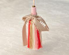 タッセル:レーヨン糸(糸どうしがくっつかずサラサラしたタイプとなります)  サイズ:タッセルW4センチ×H14.5センチ コード16センチ  総丈30.5センチ