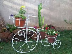 Bicicleta De Jardim,suporte Para Dois Vasos - R$ 160,00 Metal Art, Planter Pots, Exterior, Diy, Wheels, Rustic Wedding Decorations, Bike Ideas, Iron Decor, Container Gardening