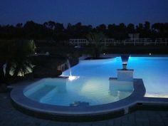 E' un wine resort, in area ad alta protezione ambientale (ZPS), grande charme e eleganza. Dispone di 12 suite, centro benessere, piscine, centro ippico, ristorante, vini d.o.c., olio extravergine d.o.p.. In contesto ambientale di pregio con vigneti, oliveti, frutteti macchia mediterranea. A ridosso della scogliera, in prossimità della cascata a mare di Capo Nieddu.